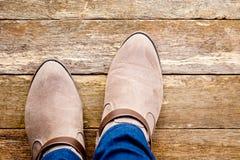 Women& x27 χώρα του s και δυτικές μπότες στο αγροτικό ξύλινο υπόβαθρο Στοκ Φωτογραφία