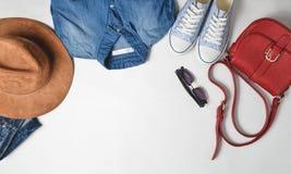 Women& x27; одежда и аксессуары моды s Джинсы, рубашка джинсовой ткани, тапки, фетровая шляпа, кожаная сумка, солнечные очки, пла стоковое изображение rf