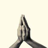 Women& x27; руки s сложенные в молитве Стоковое Изображение