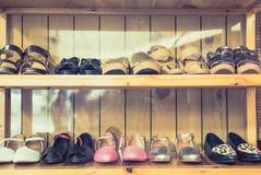 Women& x27; 在架子的s鞋子由木头制成 免版税库存照片