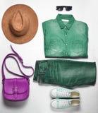 Women';s时装和辅助部件 牛仔裤,牛仔布衬衣,运动鞋,呢帽,皮包,太阳镜,在白色的布局 库存照片