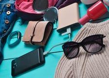 Women& x27 ; accessoires à la mode de s, chaussures, vêtements et instruments modernes sur un fond en bois bleu Photographie stock