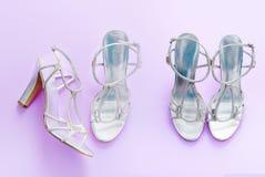 Women& alla moda x27; i sandali di s argentano il colore su un fondo porpora rosa immagini stock libere da diritti