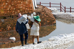 Women carrying sandbags during flood in Thailand Royalty Free Stock Photography