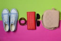 Women& x27 ; chaussures de s et accessoires de mode sur un fond en pastel rose vert Espadrilles, sac, bourse, ceinture, lunettes  Photo stock