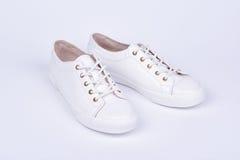 Women& x27 ; chaussures en cuir de sport de s sur le fond blanc Image libre de droits
