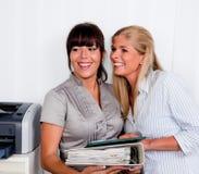 Women in conversation at the office Arbitsplatz stock photography