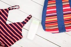 women& x27 do verão; forma de s com o saco listrado colorido, roupa de banho, sóis imagens de stock royalty free