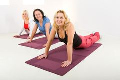 Women doing exercices on mat Royalty Free Stock Images