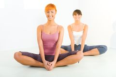 Women doing yoga exercices Royalty Free Stock Images