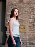 Women-fashion-casual-young_brunette_alleyway Стоковое Фото