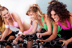 Women at the gym doing cardio exercises Royalty Free Stock Photos
