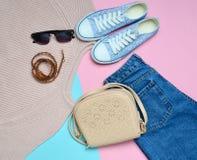 Women& x27 ; habillement, chaussures et accessoires de s sur un fond en pastel rose bleu Regard à la mode Image stock