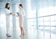 Women handshaking Royalty Free Stock Photography