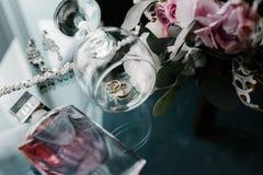 Women' novia de los accesorios de s Bolso, zapatos, anillos, perfume nupcial imágenes de archivo libres de regalías