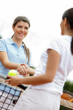 Women playing tennis Royalty Free Stock Photos