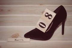 Women& preto x27; sapatas de s daqui até o 8 de março Foto de Stock