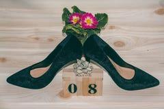 Women& preto x27; sapatas de s daqui até o 8 de março Sapatas colocadas saltos e calendário de madeira Imagem de Stock Royalty Free