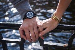 Women& x27; s和men& x27; s手表 man& x27; 拿着女性的s手 免版税库存图片