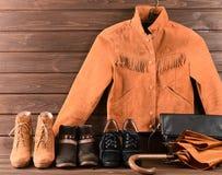 Women& x27; s衣物和辅助部件 布朗绒面革夹克,三diff 免版税库存图片