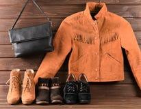 Women& x27; s衣物和辅助部件 布朗绒面革夹克,三diff 库存照片