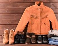 Women& x27; s衣物和辅助部件 布朗绒面革夹克,牛仔裤, fou 免版税图库摄影