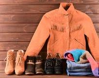 Women& x27; s衣物和辅助部件 布朗绒面革夹克,牛仔裤, thr 库存图片