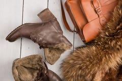 Women& x27; s设置了-一件皮大衣、系统再启动和袋子 免版税库存图片