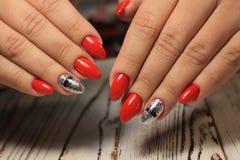 Women& x27; s-Hände mit einer stilvollen Maniküre gut lizenzfreies stockfoto