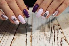 Women& x27; s-Hände mit einer stilvollen Maniküre gut lizenzfreie stockfotos