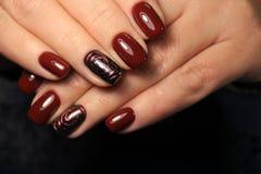 Women& x27; s-händer med en stilfull manikyr bäst royaltyfria foton