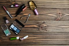 Women& x27; s kosmetyki dla makijażu, przedmioty dla opieki gwoździe i pachnidła, kłamają na drewnianym stole Obraz Stock