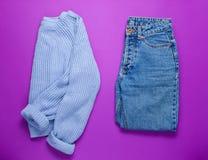 Women&-x27; s pulower i cajgi fotografia stock
