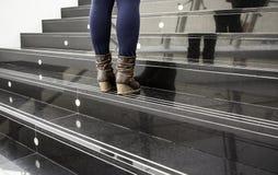 Women& x27; s-Stiefel auf einer Leiter lizenzfreies stockbild