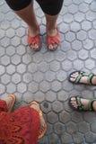 Women& x27; s voeten in sandals stock foto
