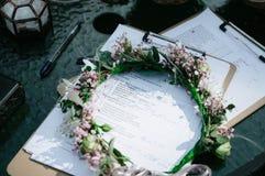 women&-x27; s wianek kwiaty kłama na stole zdjęcia royalty free