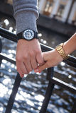 Women& x27; s y men& x27; relojes de s man& x27; mano de s que detiene a una hembra foto de archivo