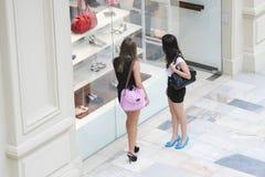 Women at shoe shop window Royalty Free Stock Photos