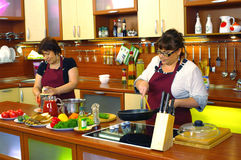 Women standing in kitchen Royalty Free Stock Images