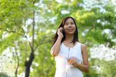 Women talking mobile phone Royalty Free Stock Photography