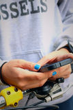 Women wearing a grey shirt is using a phone Royalty Free Stock Photos