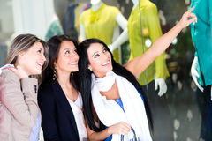 Women window shopping Royalty Free Stock Photos