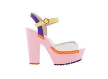 Women& x27 τα ρόδινα παπούτσια του s με τα υψηλά τακούνια απομονώνουν Στοκ Εικόνες