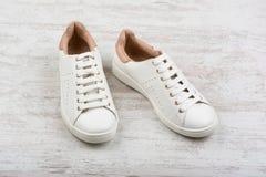 Women& x27 ; chaussures de sport de s sur le fond en bois blanc Photo libre de droits