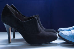 Women& x27 de robe formelle ; chaussures et espadrilles de s Photos stock