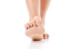 Women& x27; pies de s en el fondo blanco Imagen de archivo