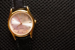 Women& x27; relógio de pulso de s Relógio do metal do ouro Teste padrão preto do fundo da tela Mãos de pulso de disparo Fotos de Stock
