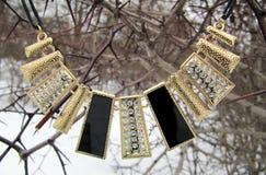 Women& x27; s-Halskette in Form von Rechtecken mit Juwelen Lizenzfreie Stockbilder