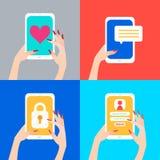 Women& x27; s-Hand, die intelligentes Telefon mit Herzen auf Schirm, Verschlussschirm hält T Lizenzfreie Stockfotografie