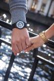 Women& x27; s x27 i men&; s zegarki man& x27; s ręka trzyma kobiety Zdjęcia Stock